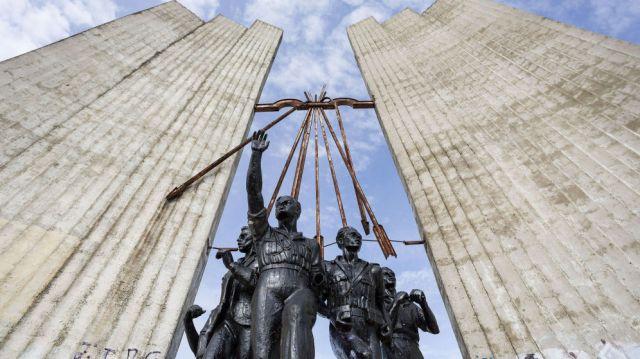 comienza-el-derribo-del-monumento-franquista-a-onesimo-redondo.jpg
