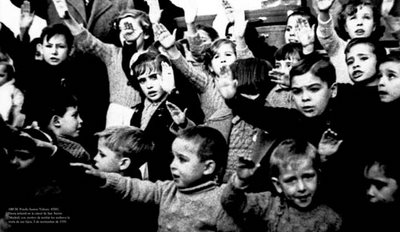 nincc83os-espancc83oles-realizan-saludo-fascista