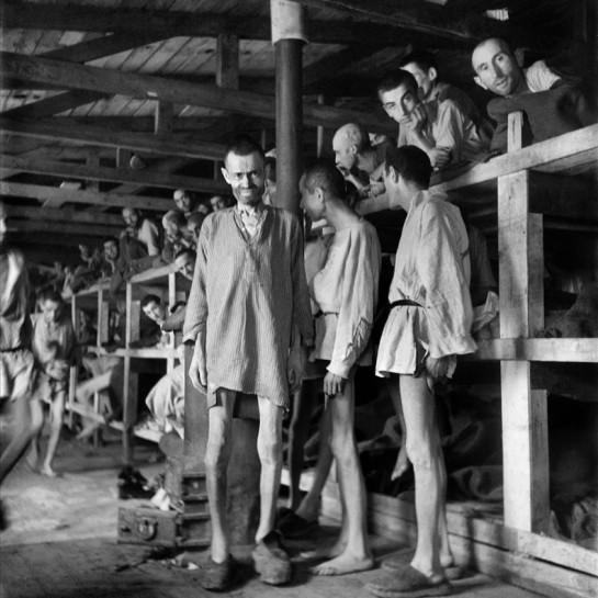 imagen-tomada-por-fotoperiodista-eric-schwab-supervivientes-campo-concentracion-nazi-buchenwald-despues-liberacion-1465577371509