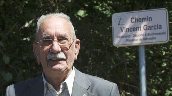 Vicente-Garcia-junto-placa-inaugurada_El Diario.es