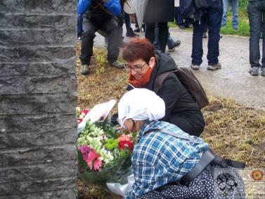 Homenaje en el monolito a las víctimas del franquismo. Plaza de Elgueta. Córonicas a pie de fosa- WordPress